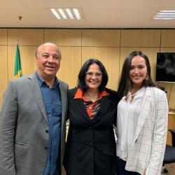 Pr. Mário de Oliveira e Bianca de Oliveira com a ministra.